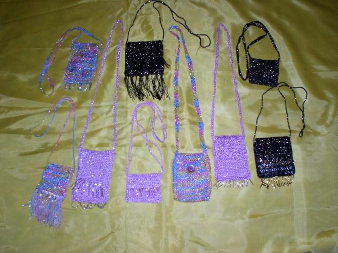 ...для мобильных телефонов и сумочки-кулоны связаны крючком из пряжи...